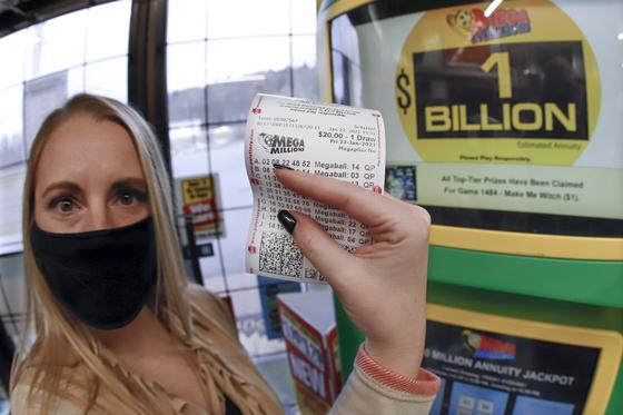 한 여성이 자신이 구매한 메가밀리온 복권을 보여주고 있다. 미국 미시간주 디트로이트에서 1조가 넘는 1등 당첨자가 나왔다. AP=연합뉴스