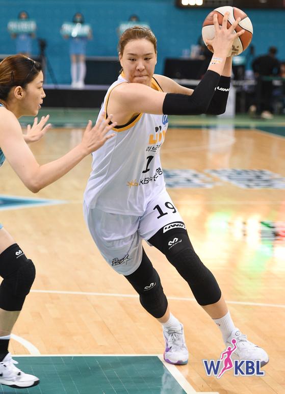 KB 박지수가 하나원큐와 경기에서 30득점 24리바운드를 기록했다. 한국여자농구연맹 제공