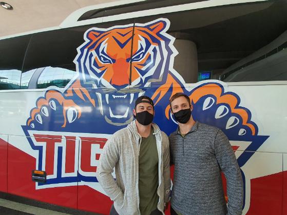 KIA 외국인 선수 프레스턴 터커(왼쪽)와 다니엘 멩덴이 구단 버스 앞에서 포즈를 취하고 있다. KIA 타이거즈 제공