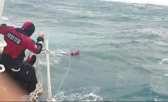 통영해양경찰이 23일 오후 경남 거제시 남부면 갈곶도 남동쪽 1.11㎞ (0.6해리) 해상에서 침수한 339t급 대형선망 127대양호 승선원을 구조하고 있다. 사진 통영해경 제공