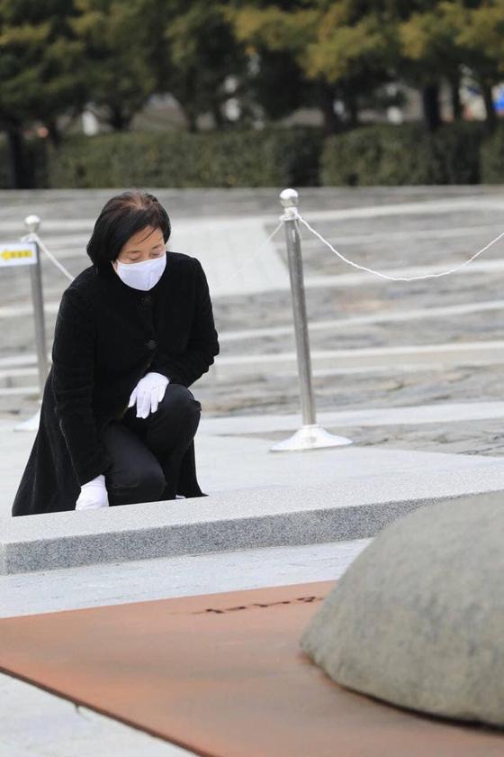 박영선 전 장관이 24일 고(故) 노무현 전 대통령 묘역을 참배하고 권양숙 여사를 만났다고 밝혔다. 페이스북 캡처