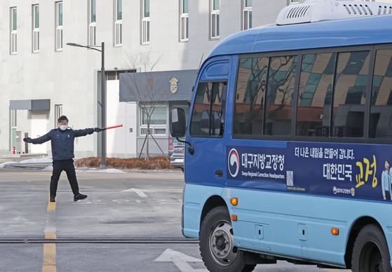 동부구치소 들어서는 호송차량. 연합뉴스