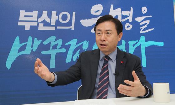 """김영춘 더불어민주당 부산시장 예비후보는 """"지방 스스로가 자기 운명을 개척하면서 새로운 발전의 도약들을 만들어내는 정치를 만들고 싶다. 이게 노무현 대통령의 꿈""""이라고 했다. 송봉근 기자"""