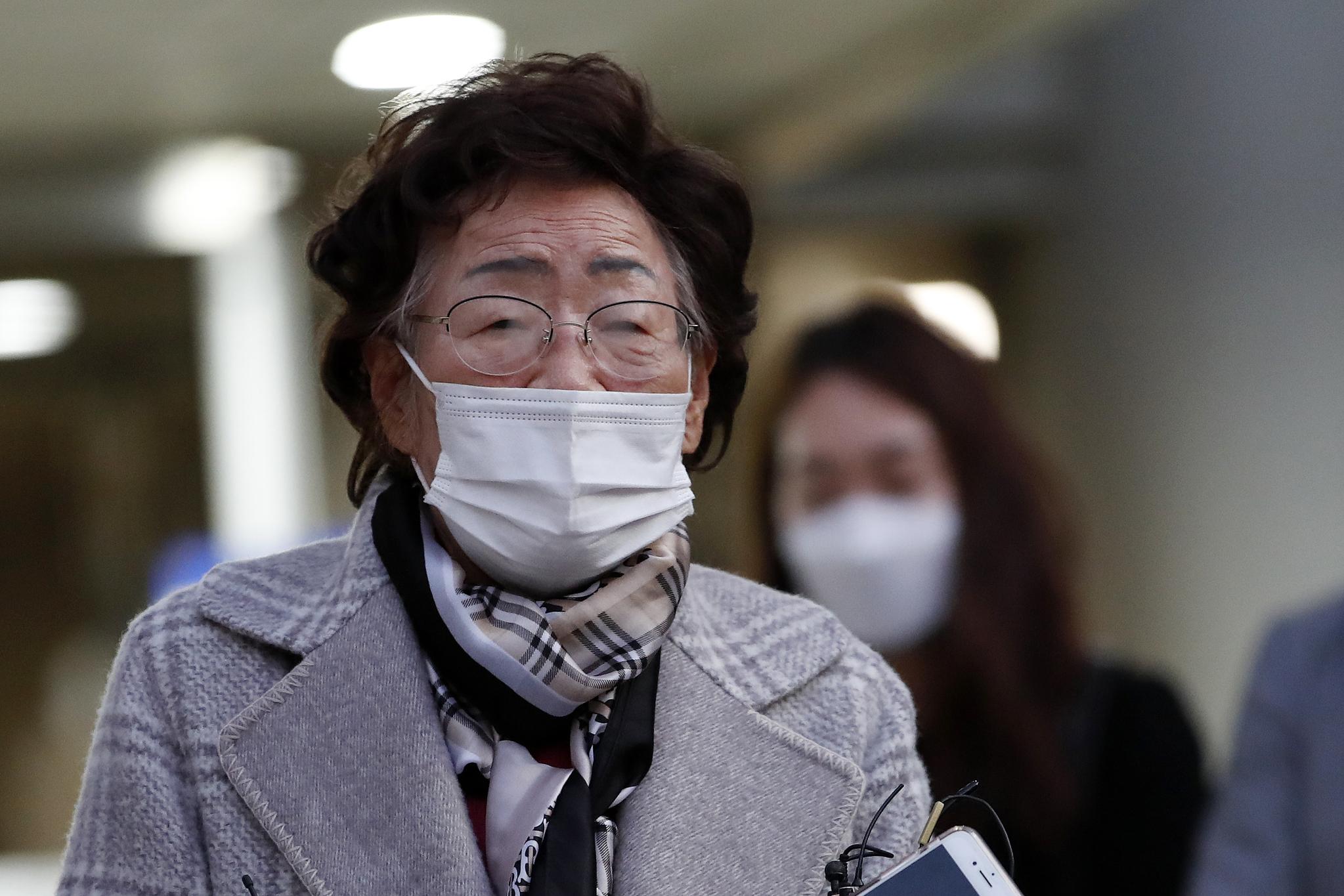 위안부 피해자이자 인권운동가인 이용수 할머니가 지난해 11월 11일 오후 서울 서초구 서울중앙지방법원에서 열린 일본군 위안부 피해자와 유족들이 일본을 상대로 제기한 손해배상 청구 소송 1심에 출석해 진술을 마치고 청사를 나서며 취재진의 질문에 답하고 있다. 고(故) 곽 할머니 등 위안부 피해자와 숨진 피해자의 유족 20명은 2016년 12월 일본정부를 상대로 한국 법원에 손해배상을 청구하는 소송을 냈다. 뉴스1
