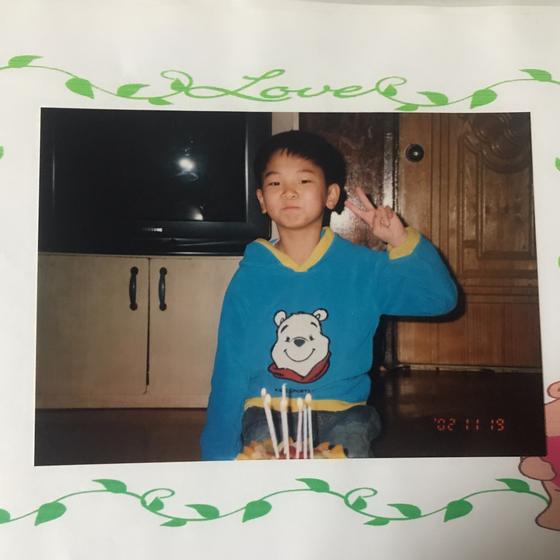 보호종료아동 출신 신선씨의 어릴 적 모습. 보육원에서 생일파티를 하고있다. 본인 제공