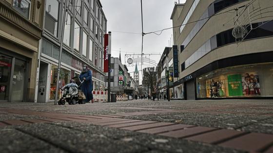 전면 봉쇄 조치로 인적이 드문 독일 겔젠키르헨 시내 상점가 모습. [AP=연합뉴스]