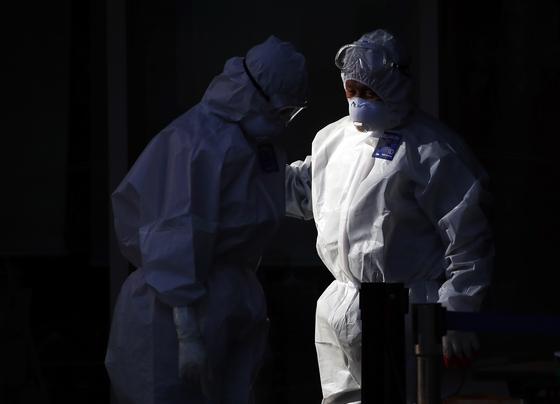 지난달 31일 서울 한 요양병원에서 방호복을 입은 관계자들이 이야기를 나누고 있다. 연합뉴스
