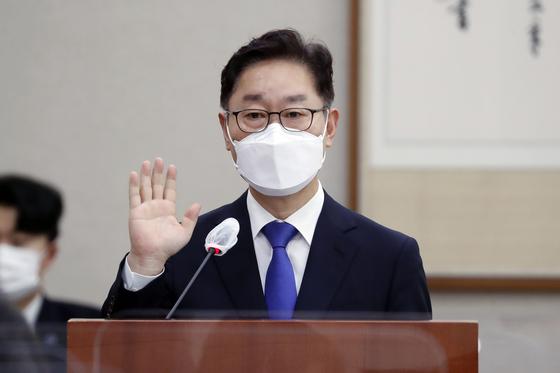 박범계 법무부 장관 후보자가 25일 서울 여의도 국회 법제사법위원회에서 열린 인사청문회에서 선서하고 있다. 오종택 기자