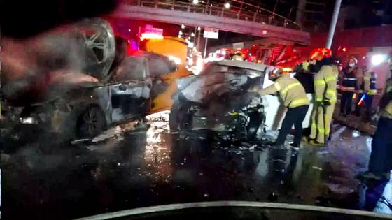 지난 19일 오전 4시쯤 서울 영등포구 문래동 서부간선도로 안양 방향에서 역주행하던 아반떼 승용차가 택시와 정면으로 충돌하는 사고가 발생했다. [사진 영등포소방서]