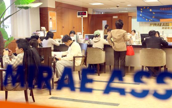 2007년 11월 서울 압구정동 미래에셋 지점에서 고객들이 펀드 가입 상담을 하고 있다. 중앙포토