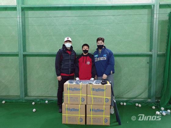 모교에 야구 용품을 기부한 송명기. NC 제공