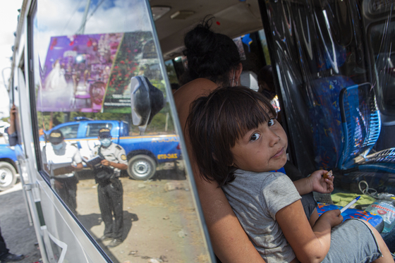 온두라스 이민자 소녀가 탄 버스가 과테말라와 온두라스 국경에서 검문을 받고 있다. [AP=연합뉴스]