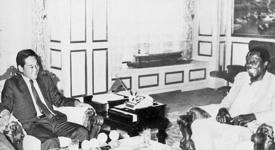 1982년 10월 방한해 이건희 삼성 구단주(왼쪽)와 대화하는 모습. [연합뉴스]