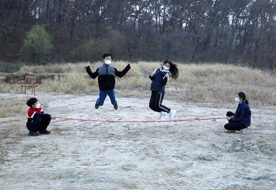 외줄 술래잡기는 긴 줄을 이용해 누구라도 즐길 수 있는 놀이다. 술래가 줄을 돌리거나 밑에서 흔드는 등 다양하게 돌리면 놀래는 높이 뛰거나 엎드리거나 하면서 줄을 피해야 한다.