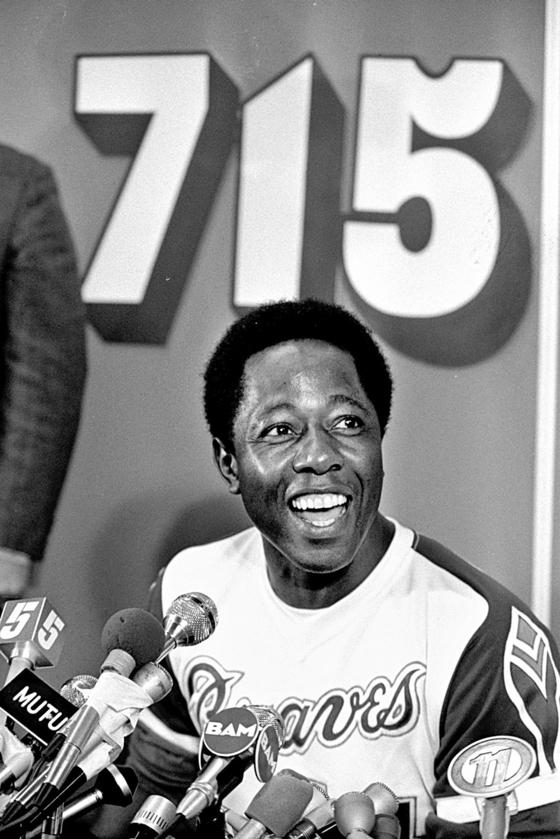 MLB 최다 홈런 기록 달성 기자회견에서 활짝 웃는 에런. [AP=연합뉴스]