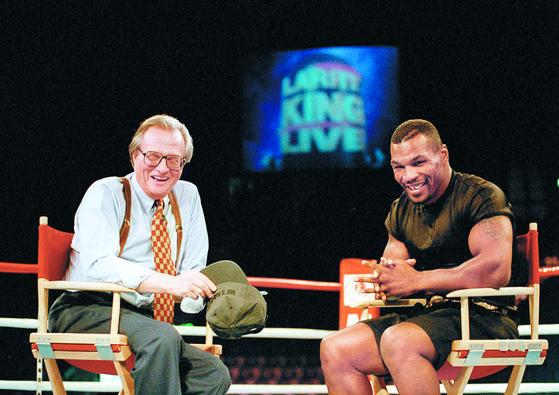 래리 킹의 족적. 그가 1985~2010년 CNN '래리 킹 라이브' 를 진행하며 인터뷰한 인물들. 1995년 권투선수 마이크 타이슨. [AP=연합뉴스]