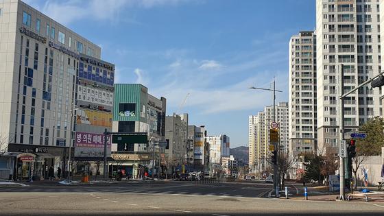 충남 서산시 성연면 왕정리·일람리 일원에 조성된 대규모 아파트 단지와 상가 모습. 신진호 기자