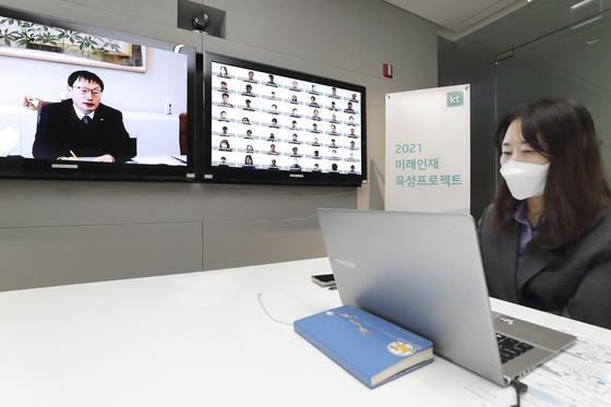 온택트로 진행된 사내 AI·DX 인재육성을 위한 '미래인재육성 프로젝트' 2기 입교식에서 인사말 하는 구현모 KT 대표. [사진 KT]