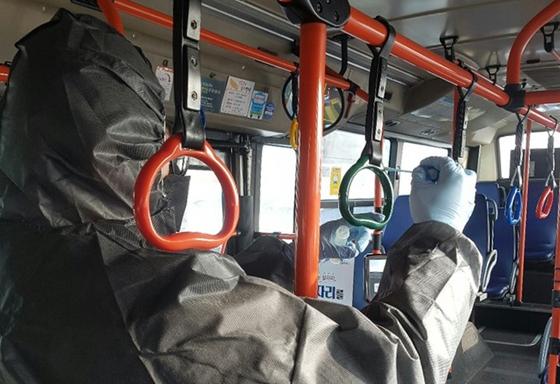서울시보건환경연구원 관계자가 버스 손잡이 표면 시료를 채취하고 있다. [사진 서울시]