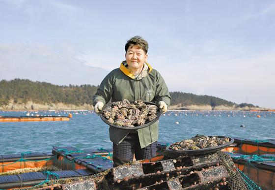 청정수산의 이재훈씨가 청산도 해상 가두리 양식장에서 직접 길러낸 전복을 보여주고 있다. 프리랜서 장정필
