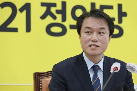김종철 정의당 대표가 20일 국회에서 신년 기자회견에서 취재진들의 질문에 답하고 있다. 이날은 성추행 사건 닷새 뒤였다.