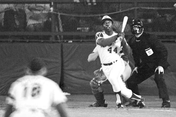 에런이 1975년 터너필드에서 역사적인 통산 715호 홈런을 때려내던 순간. [AP=연합뉴스]