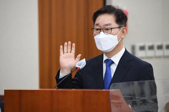 박범계 법무부 장관 후보자가 25일 오전 서울 여의도 국회 법제사법위원회에서 열린 인사청문회에 출석해 후보자 선서를 하고 있다. 오종택 기자