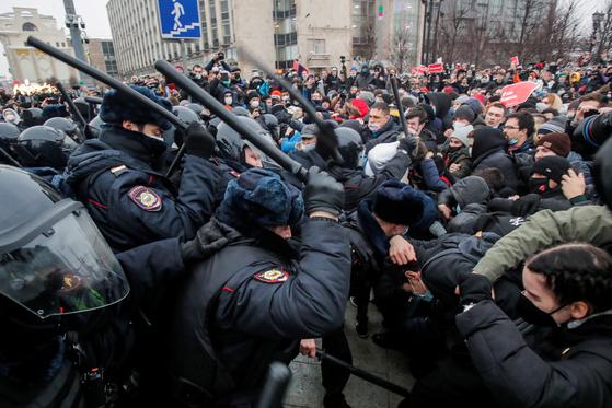 23일(현지시간) 모스크바에서 열린 알렉세이 나발니 석방 집회에서 경찰과 시위대가 충돌하고 있다. [로이터=연합뉴스]