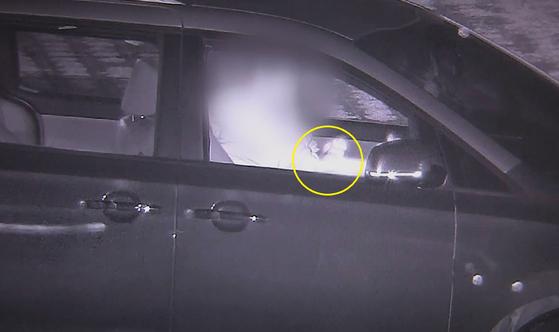 지난 20일 오후 10시쯤 충남 공주시 공주공원 내 주차장에서 카니발에 탄 남성이 자신의 팔에 주사를 놓는 모습이 포착됐다. [공주시 CCTV관제센터 영상 캡처]
