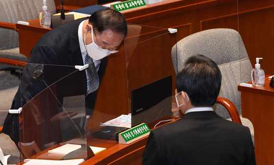 지난해 11월 국회에서 정세균 국무총리(오른쪽)에게 인사하는 홍남기 경제부총리. 연합뉴스