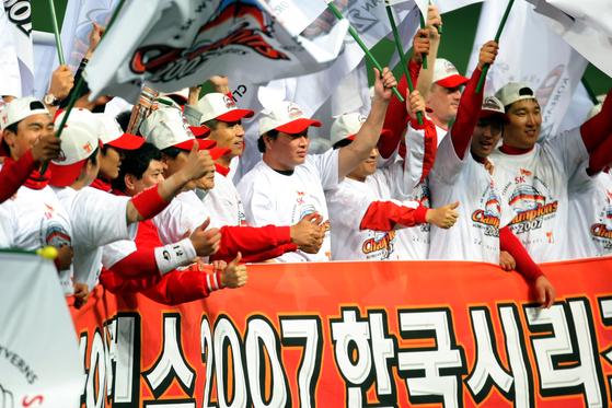 2007년 한국시리즈 우승을 확정지은 SK 와이번스 최태원 회장과 김성근 감독