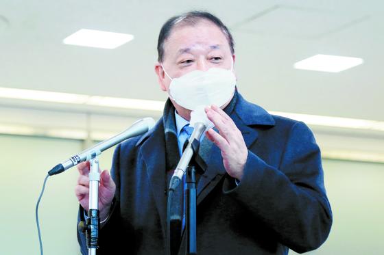 """강창일 주일 한국대사가 지난 22일 나리타 공항을 통해 일본 현지에 부임했다. 강 대사는 출국 전 """"한·일 관계가 꼬여 있어 마음이 무겁다""""며 """"하나하나씩 풀어가겠다""""고 밝혔다. [연합뉴스]"""
