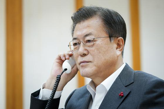 문재인 대통령이 26 오후 청와대에서 시진핑 중국 국가주석과 전화 통화하고 있다. 사진 청와대