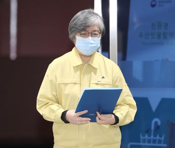 정은경 중앙방역대책본부장(질병관리청장)이 지난 12월 31일 오후 브리핑을 위해 이동하고 있다. [연합뉴스]