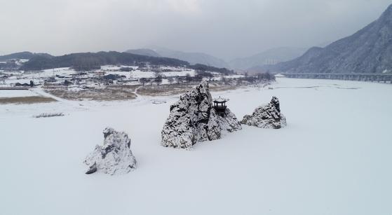 한파로 얼어붙은 충북 단양강(남한강)과 도담삼봉에 지난 17일 밤부터 내린 눈이 쌓여있다.   연합뉴스