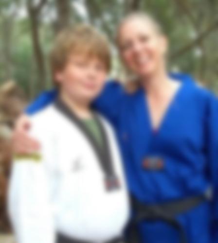 미국 플로리다 법원이 지난 22일 어머니를 살해한 뒤 암매장한 그레고리 라모스(17·왼쪽)에 대해 1급 살인·시신 훼손·증거 인멸 등의 혐의를 적용, 45년 형을 선고했다. 라모스는 자신의 어머니(오른쪽)로 부터 성적 꾸지람을 듣고 이같은 범행을 했다. [페이스북 캡처]