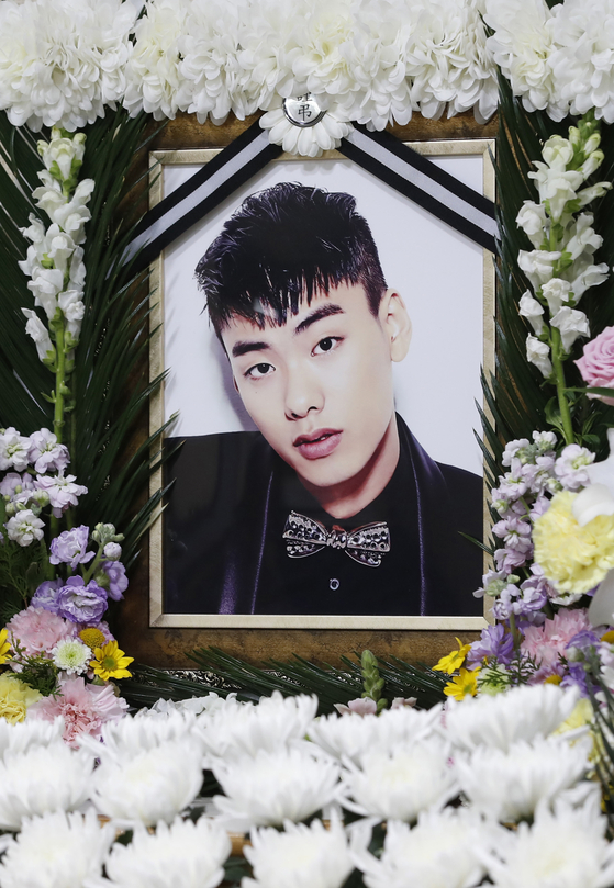 26일 래퍼 故 아이언(본명 정헌철) 빈소가 마련된 서울 중구 국립중앙의료원 장례식장에 고인의 영정이 놓여져 있다. [사진=사진공동취재]