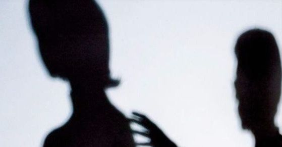 자신의 지위를 이용해 교사를 추행한 남성이 벌금형을 받았다. 중앙포토