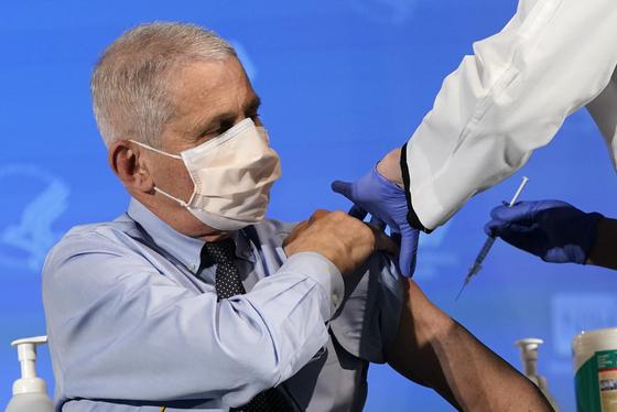 코로나19 백신 접종하는 앤서니 파우치 미국 국립알레르기·전염병 연구소장. AP=연합뉴스