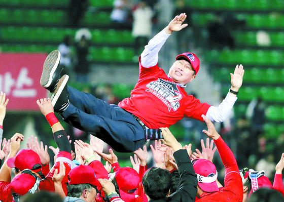 2018 프로야구 한국시리즈 에서 우승을 차지한 SK와이번스 선수들이 최태원 SK그룹 회장을 헹가래 치고 있다. [뉴스1]