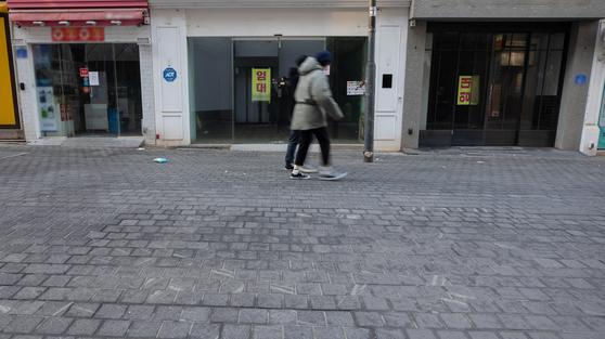 신종 코로나바이러스 감염증(코로나19) 예방을 위한 거리두기 지침 완화 첫 주말인 지난 24일 오전 서울 중구 명동거리에 임대 안내문이 게시돼 있다. 뉴스1