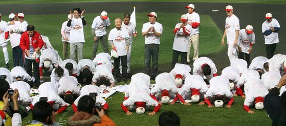 2007년 창단 첫 한국시리즈 우승을 차지한 SK 선수단이 팬들에게 큰절을 하고 있다. 중앙 포토
