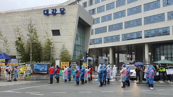 전국에서 모인 전세버스 운전기사들이 26일 오후 정부세종청사 국토교통부 앞에서 대책마련을 요구하는 결의대회를 열고 있다. 신진호 기자