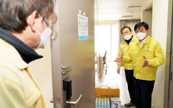 원희룡 제주도지사(오른쪽)가 지난해 12월 30일 오전 서귀포시 국세공무원교육원에 문을 연 제1생활치료센터를 방문해 시설을 점검하고 있다. 뉴스1