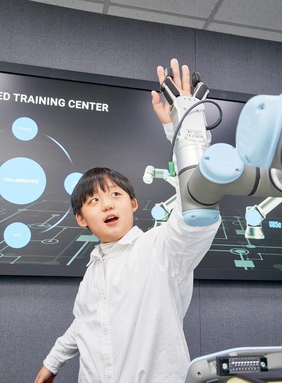 '셰프 로봇'을 볼 수 있는 날이 머지않았다. 푸드테크(Food-tech) 핵심 기술인 협동 로봇과 하이파이브를 하는 한현 학생기자.