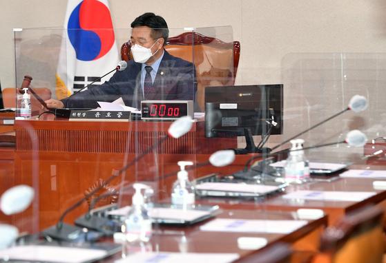 윤호중 국회 법제사법위원장이 27일 오후 서울 여의도 국회에서 열린 법제사법위원회 전체회의에서 산회를 선포하고 있다. 법사위는 이날 박범계 법무부 장관 후보자에 대한 인사청문경과보고서를 채택했다. 국민의힘 의원들은 회의에 불참했다. 오종택 기자
