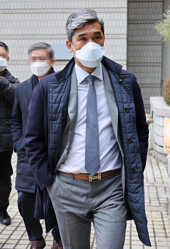 정종선 전 한국고등학교축구연맹 회장이 지난 21일 서초구 서울중앙지방법원에서 열린 1심 선고 공판에 출석하기 위해 법정으로 향하고 있다. 연합뉴스