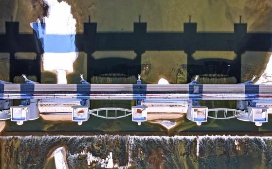 지난 18일 정세균 국무총리 주재로 대통령 직속 국가물관리위원회를 열어 세종보·죽산보, 공주보를 각각 해체 또는 부분 해체하기로 결정된 가운데 사진은 19일 오후 충남 공주보 모습. 뉴스1