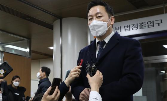 정봉주 전 의원이 27일 오후 서울중앙지법에서 '성추행 의혹 보도 반박' 무고 혐의 무죄를 선고받은 후 기자들의 질문에 답하고 있다. 연합뉴스