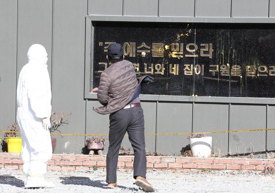 27일 자신을 자영업자라고 밝힌 시민이 109명의 코로나19 집단감염이 발생한 광주광역시 광산구 TCS 국제학교에 달걀을 던지고 있다. 프리랜서 장정필
